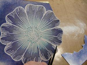 découper les fleurs pour la carte de fête des mères